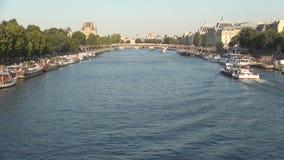Imagen c?ntrica de Par?s con r?o Sena y navegaci?n de los barcos de turistas en arroyo