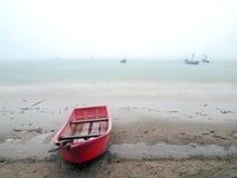 Imagen cambiante de una playa tempestuosa del océano Imagenes de archivo