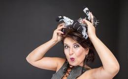 Imagen carismática de la mujer para Halloween con las calabazas Fotos de archivo