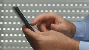 Imagen cercana con la conexión de red de Hands Using Cellphone del hombre de negocios para el correo electrónico metrajes