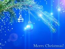 Imagen colorida de las bolas de la Navidad en una rama y un día de fiesta spruce Foto de archivo
