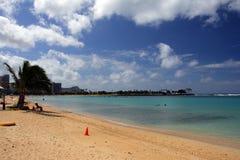 Imagen común de la playa de Waikiki, Honolulu, Oahu, Hawaii imagen de archivo