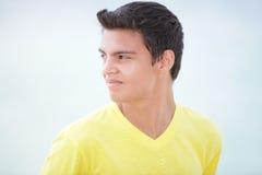 Imagen común de un adolescente que mira sobre hombro Imagenes de archivo