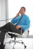 Imagen común de un hombre de negocios en el teléfono foto de archivo libre de regalías