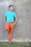 Imagen común de un modelo masculino que presenta en el parque Imagenes de archivo