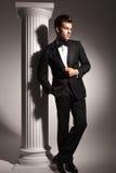 Imagen completa del cuerpo de un hombre de negocios que fija su chaqueta Imagen de archivo