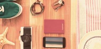 Imagen compuesta de accesorios y de artículos del viaje en el tablero de madera Imágenes de archivo libres de regalías
