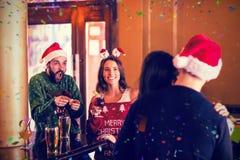 Imagen compuesta de amigos festivos con las bebidas stock de ilustración