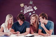 Imagen compuesta de cuatro estudiantes que se sientan junto y que intentan conseguir la respuesta Foto de archivo libre de regalías