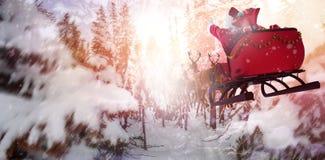 Imagen compuesta de defocused de las luces y de la chimenea del árbol de navidad Imagen de archivo libre de regalías