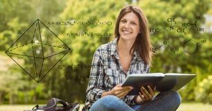 Imagen compuesta de Digitaces de la ecuación de la matemáticas con el estudiante universitario de sexo femenino sonriente en fond Imagenes de archivo