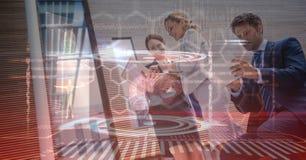 Imagen compuesta de Digitaces de los hombres de negocios que usan tecnologías imagenes de archivo
