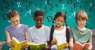 Imagen compuesta de Digitaces de los niños que estudian en el sofá con las letras que vuelan en fondo stock de ilustración