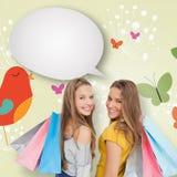 Imagen compuesta de dos mujeres jovenes con los panieres con la burbuja del discurso Fotos de archivo