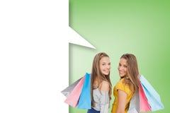 Imagen compuesta de dos mujeres jovenes con los panieres con la burbuja del discurso Imagen de archivo libre de regalías