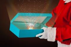 Imagen compuesta de la caja de regalo de la abertura de Papá Noel Foto de archivo