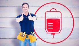 Imagen compuesta de la correa de la herramienta del hombre que lleva mientras que el mostrar manosea con los dedos encima de mues Imágenes de archivo libres de regalías