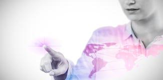 Imagen compuesta de la empresaria que usa la pantalla digital imaginativa 3d imágenes de archivo libres de regalías