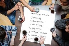 Imagen compuesta de la gente que se sienta alrededor del café de consumición de la tabla Fotografía de archivo libre de regalías