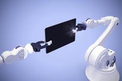 Imagen compuesta de la imagen generada digital de los robots que sostienen la tableta 3d del ordenador Imagen de archivo libre de regalías