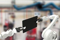 Imagen compuesta de la imagen generada digital de los robots que sostienen la tableta 3d del ordenador Imagen de archivo