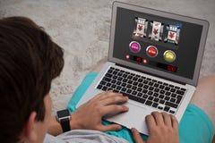Imagen compuesta de la máquina tragaperras con las muestras y los símbolos de yenes en la pantalla móvil fotos de archivo libres de regalías