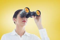 Imagen compuesta de la mujer de negocios que mira a través de los prismáticos Imagen de archivo libre de regalías