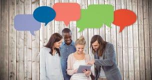 Imagen compuesta de la mujer feliz que sostiene la tableta digital y que la discute con los compañeros de trabajo fotos de archivo