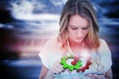 Imagen compuesta de la mujer que usa la PC de la tableta Imagenes de archivo