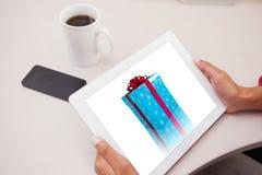 Imagen compuesta de la mujer que usa la PC de la tableta Fotografía de archivo libre de regalías