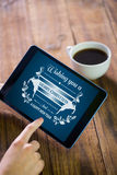 Imagen compuesta de la mujer que usa la PC de la tableta Foto de archivo
