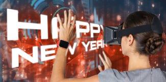 Imagen compuesta de la mujer que usa los vidrios video virtuales mientras que gesticula en el fondo blanco Imagenes de archivo