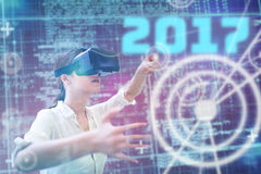 Imagen compuesta de la mujer que usa un dispositivo de la realidad virtual Imagen de archivo libre de regalías
