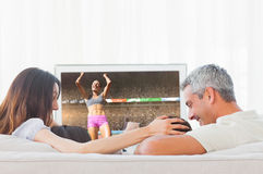 Imagen compuesta de la opinión de ángulo bajo la deportista que celebra su victoria imágenes de archivo libres de regalías