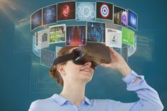 Imagen compuesta de la opinión de ángulo bajo la empresaria que usa las auriculares 3d de la realidad virtual Foto de archivo libre de regalías