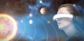Imagen compuesta de la opinión de ángulo bajo la mujer que intenta la realidad virtual 3d ilustración del vector
