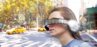 Imagen compuesta de la opinión de ángulo bajo la mujer que intenta realidad virtual fotos de archivo