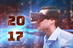 Imagen compuesta de la opinión del perfil el hombre de negocios que sostiene los vidrios virtuales Imagen de archivo libre de regalías