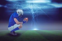 Imagen compuesta de la opinión del perfil el jugador de fútbol americano en la postura 3d del ataque foto de archivo