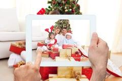 Imagen compuesta de la PC de la tableta de la tenencia de la mano Imagenes de archivo