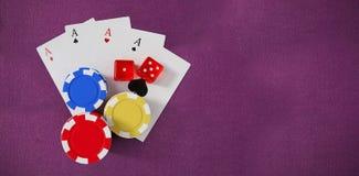 Imagen compuesta de la vista de arriba de los símbolos del casino con los naipes y los dados Fotografía de archivo libre de regalías
