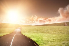 Imagen compuesta de la vista escénica del sol anaranjado brillante sobre cloudscape durante puesta del sol Fotografía de archivo libre de regalías