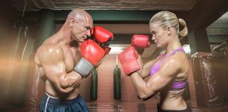 Imagen compuesta de la vista lateral de boxeadores con postura que lucha Imagen de archivo