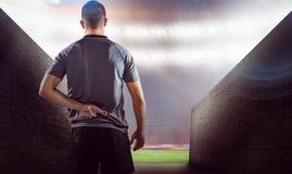 Imagen compuesta de la vista posterior del jugador del rugbi con los fingeres cruzados Fotografía de archivo libre de regalías