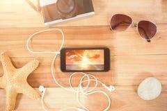 Imagen compuesta de los accesorios de la playa en el tablero de madera Foto de archivo libre de regalías