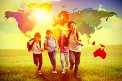 Imagen compuesta de los alumnos lindos que corren abajo del pasillo Imagenes de archivo