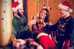 Imagen compuesta de los amigos festivos que beben la cerveza y el cóctel ilustración del vector