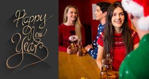 Imagen compuesta de los amigos que comen cervezas durante la Navidad Fotos de archivo libres de regalías