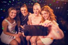Imagen compuesta de los amigos que toman el selfie del teléfono Fotografía de archivo
