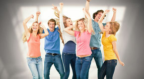 Imagen compuesta de los amigos que van de fiesta junto mientras que ríe y sonríe Fotos de archivo
